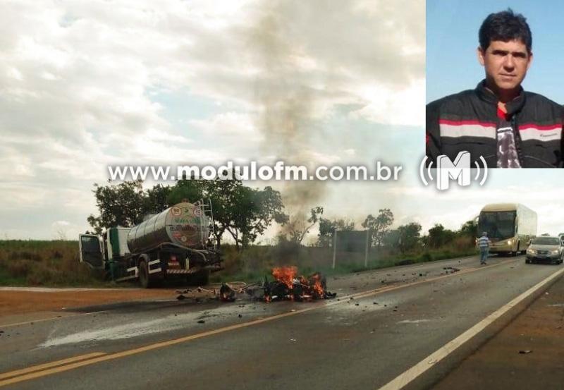 Motociclista morre após colisão com caminhão e moto pega fogo na BR-365