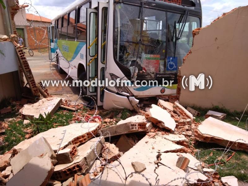 Ônibus invade residência no bairro Jardim Sul