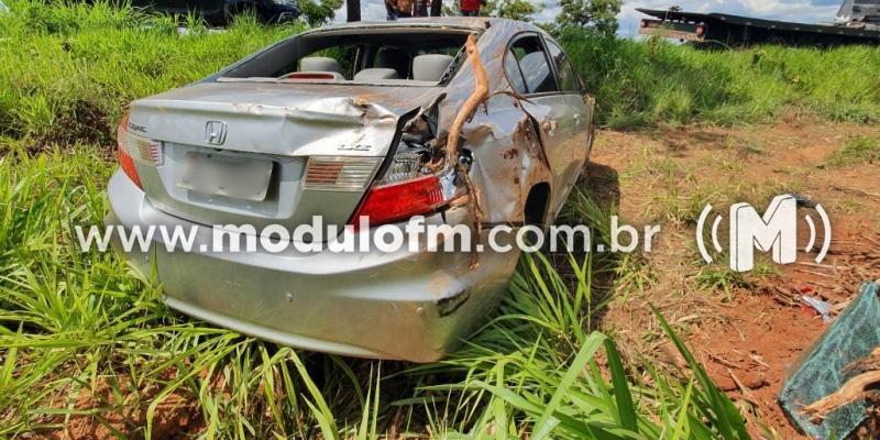 Buraco na pista causa acidente com veículo na MGC-462 em Patrocínio