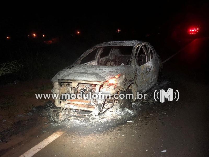 Carro pega fogo e fica destruído na BR-146 em...