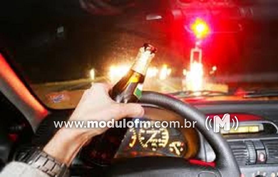 Homem é preso por dirigir embriagado após colidir em veículo parado