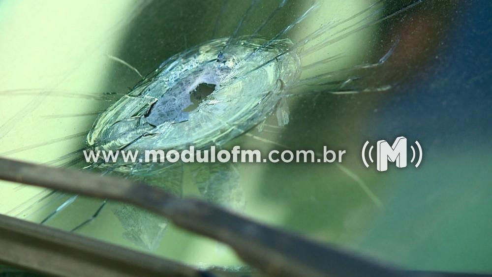 Idosa tem carro atingido por tiros durante tentativa de assalto em Patrocínio
