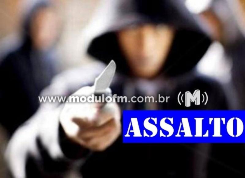 Ladrões armados com facas e com os rostos encapuzados roubam mercado no bairro Morada Nova