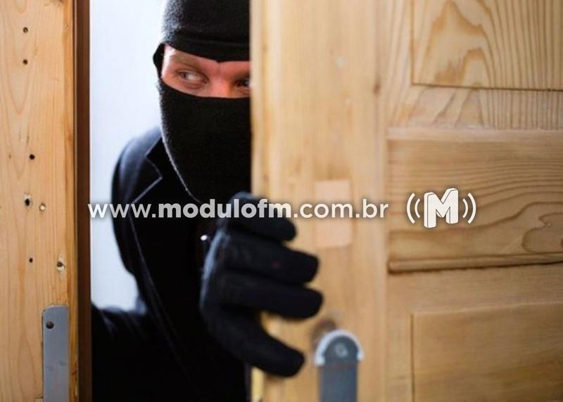 Residência é invadida por criminosos que levam diversos pertences no bairro São Vicente