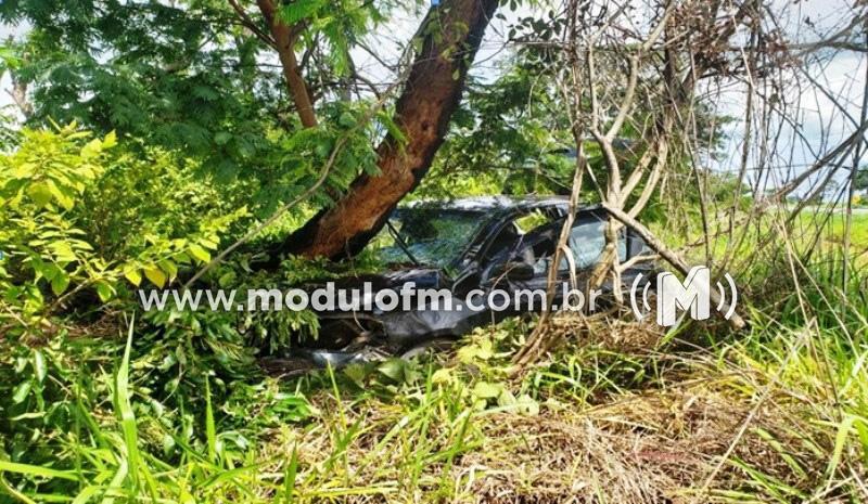 Bebê fica gravemente ferido após carro da família bater em árvore na BR-146