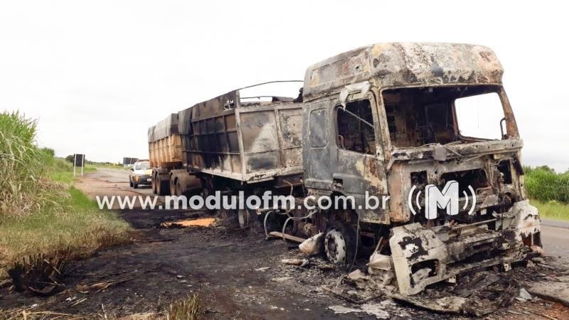Bitrem carregado de milho pega fogo e fica destruído na MG-187 em Serra do Salitre