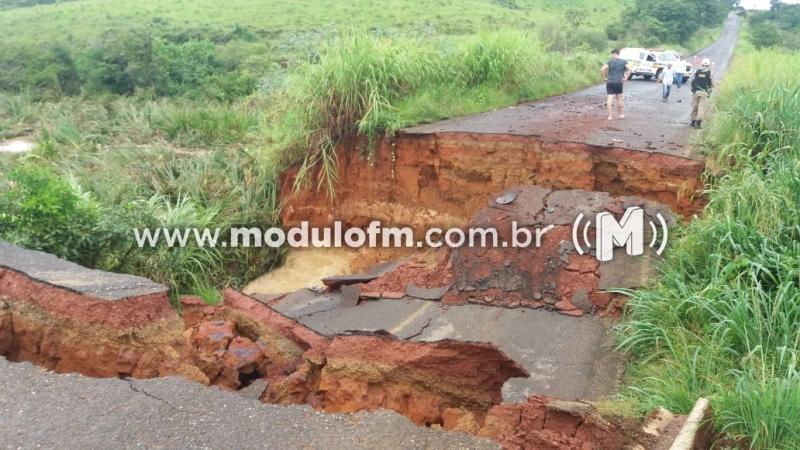 Cratera em estrada isola moradores de Guimarânia e Cruzeiro da Fortaleza