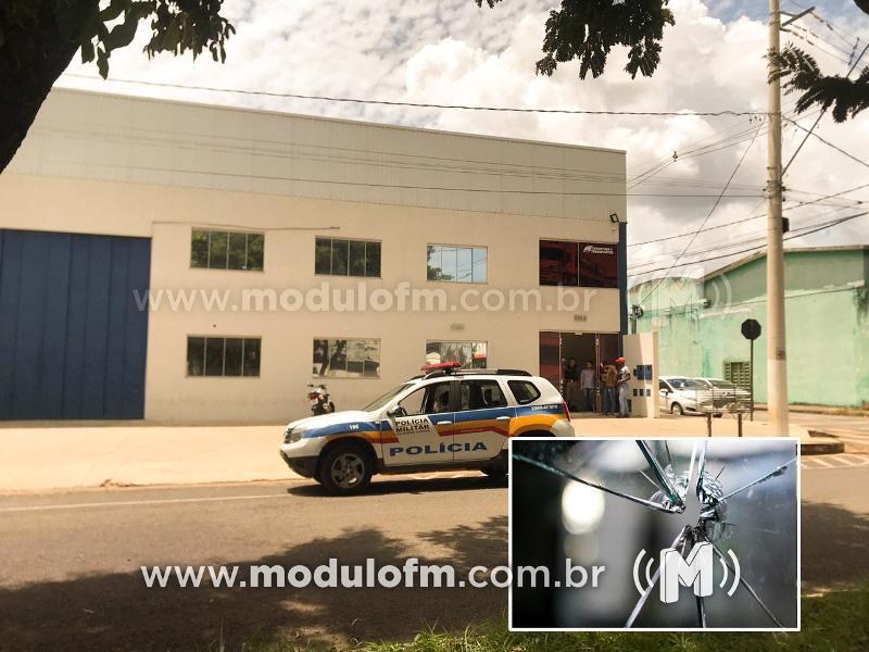 Corretora tem porta cravada a balas em Patrocínio