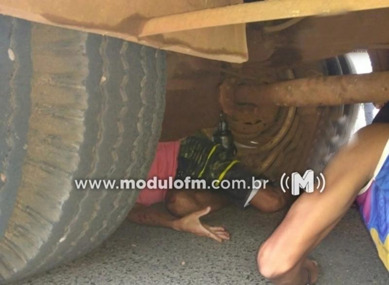 Macaco hidráulico cede e homem acaba ferido ao ficar preso embaixo de caminhão