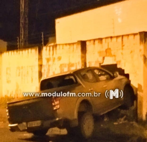 Motorista supostamente embriagada, destrói muro de oficina e foge