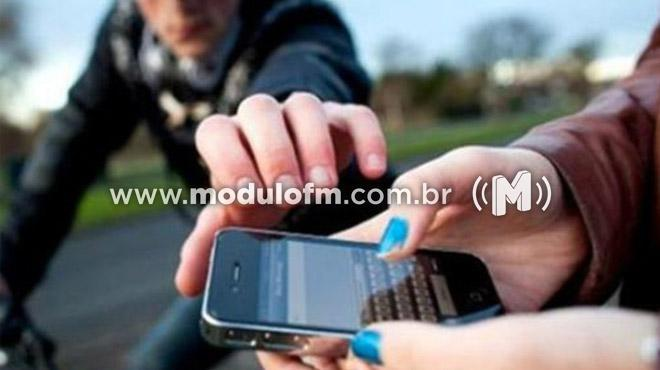 Adolescente tem celular furtado enquanto caminhava no bairro Enéas