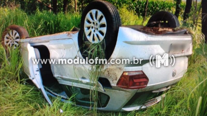 Veículo capota após ser fechado durante ultrapassagem na MG-230 em Patrocínio