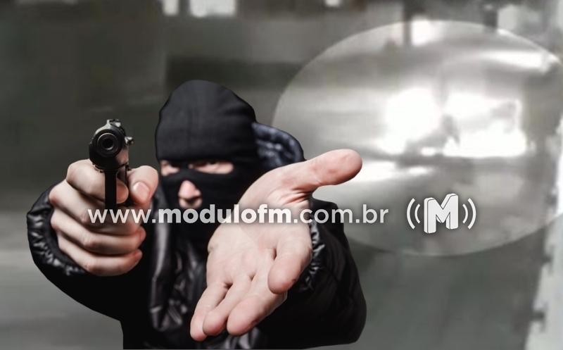 Assaltantes derrubam mãe e filho para roubar celular