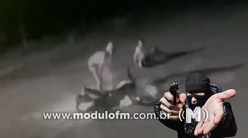 Bandidos derrubam mulher e roubam motocicleta