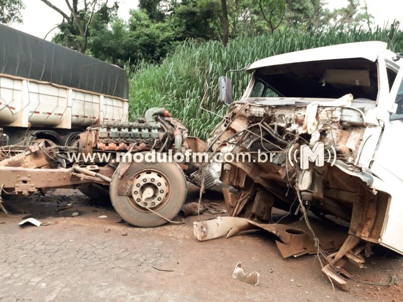 Colisão entre ônibus e carreta deixa vários feridos na MG-230 no distrito de São Benedito