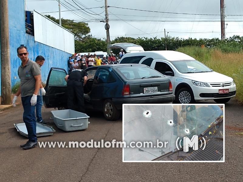 Homem é perseguido e morto a tiros dentro de carro