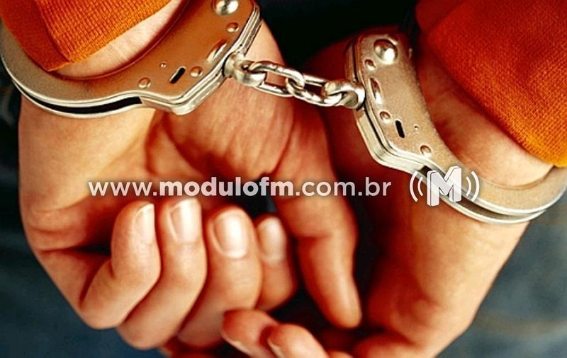 PM prende foragido da justiça e apreende drogas no bairro Serra Negra