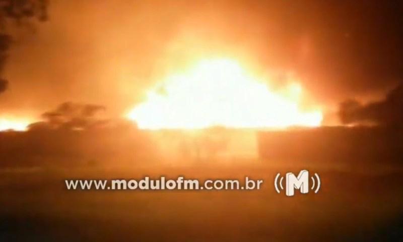 Veja o vídeo: Veiculo é encontrado queimado e abandonado em Patrocínio