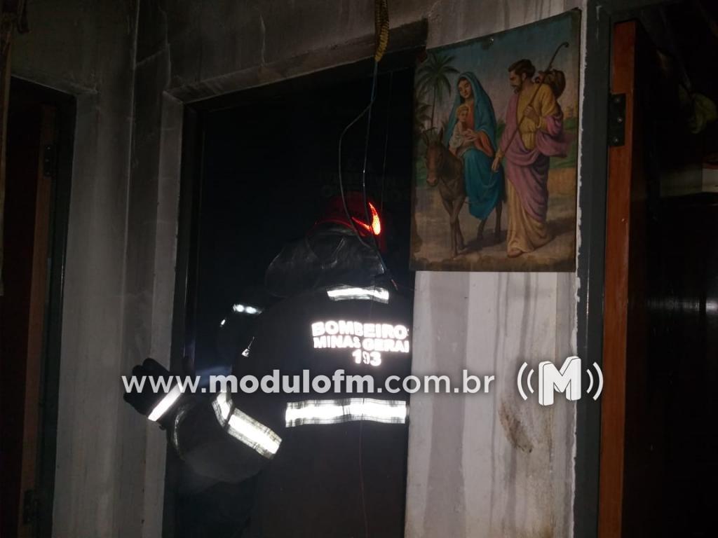 Curto circuito provoca incêndio em residência