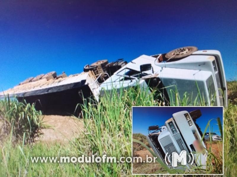 Direção trava e caminhão tomba na BR-146 em Serra do Salitre