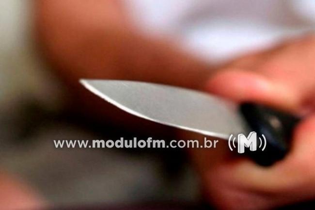 Mulher corta o pescoço de companheiro com faca