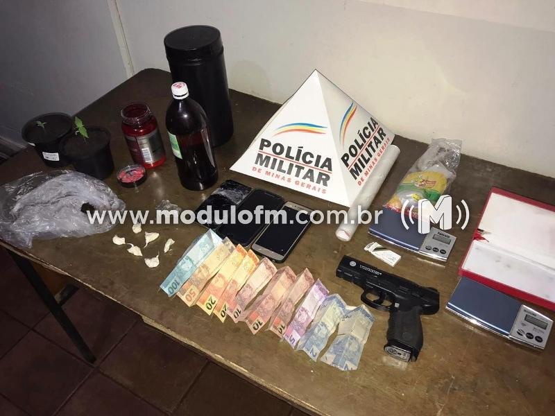 Abordagem policial apreende drogas e simulacro de arma de fogo