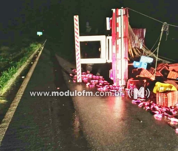 Caminhão tomba e deixa motorista ferido no trevo da BR-146 com a...