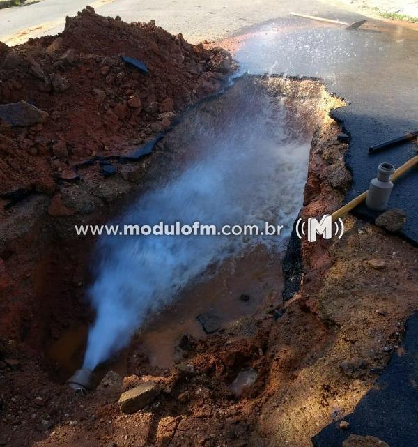 Rede de água se rompe e compromete abastecimento no Bairro Santa Terezinha