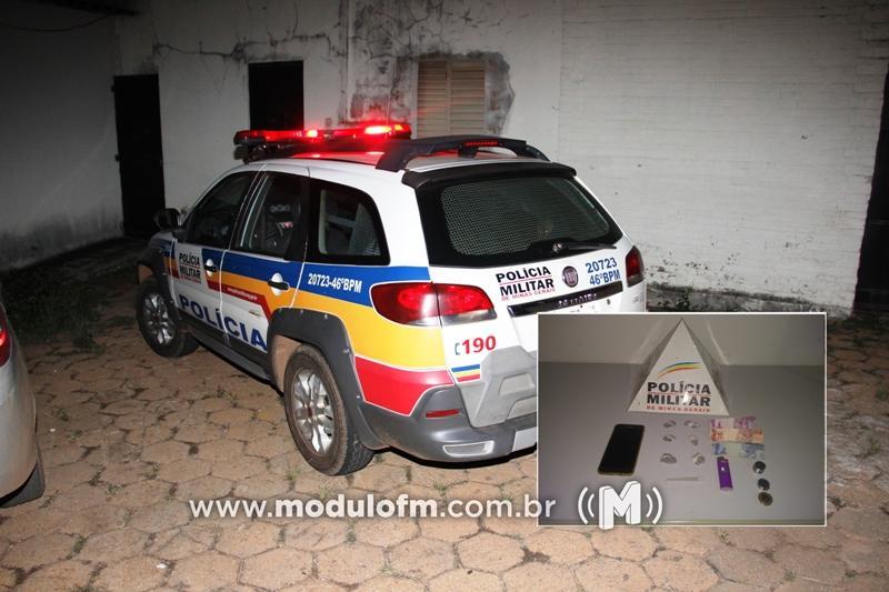 Três homens são presos suspeitos de traficar drogas em residência em Romaria