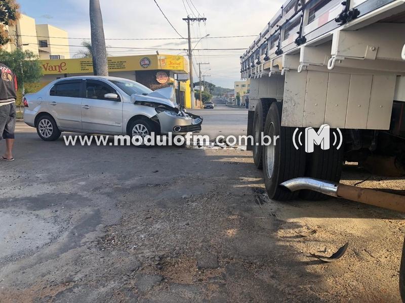 Caminhão invade cruzamento e colide violentamente em veículo