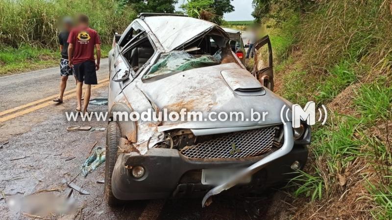 Caminhonete fica destruída após bater em barranco e motorista fica ferido na MG-230