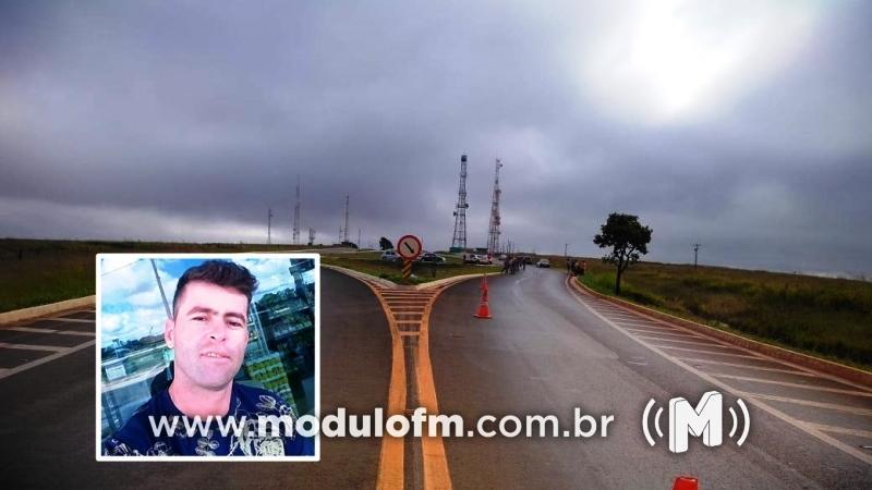Motociclista morre após bater no meio-fio em trevo de Serra do Salitre