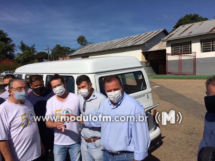 Prefeitura entrega Kombi reformada para Lar da Criança