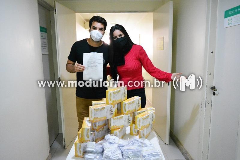 Talles & Larissa repassam dinheiro, luvas e máscaras arrecadados...