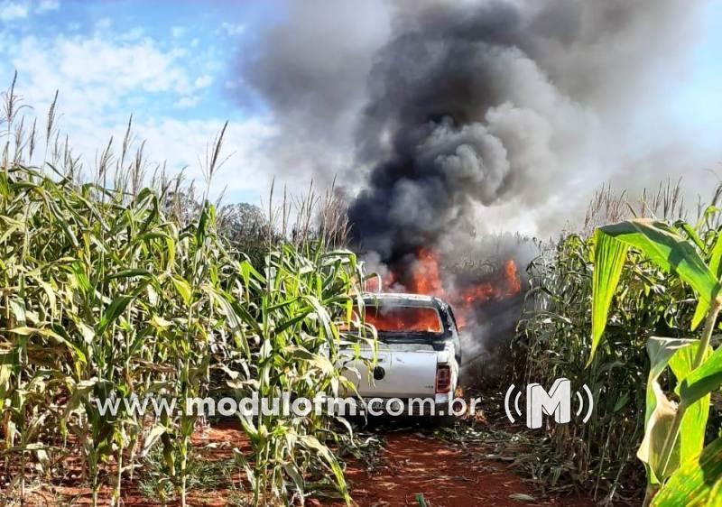 Homem é feito refém e tem caminhonete incendiada