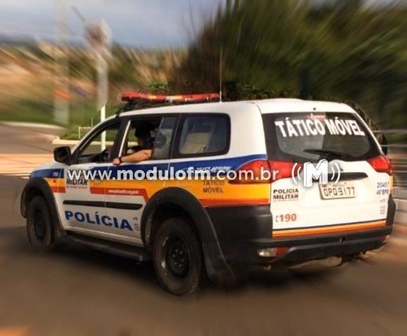Moto com placa dobrada chama atenção da PM e dois homens acabam presos