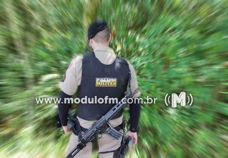 PM apreende quase 2 kg de maconha após suspeito fugir a pé em matagal