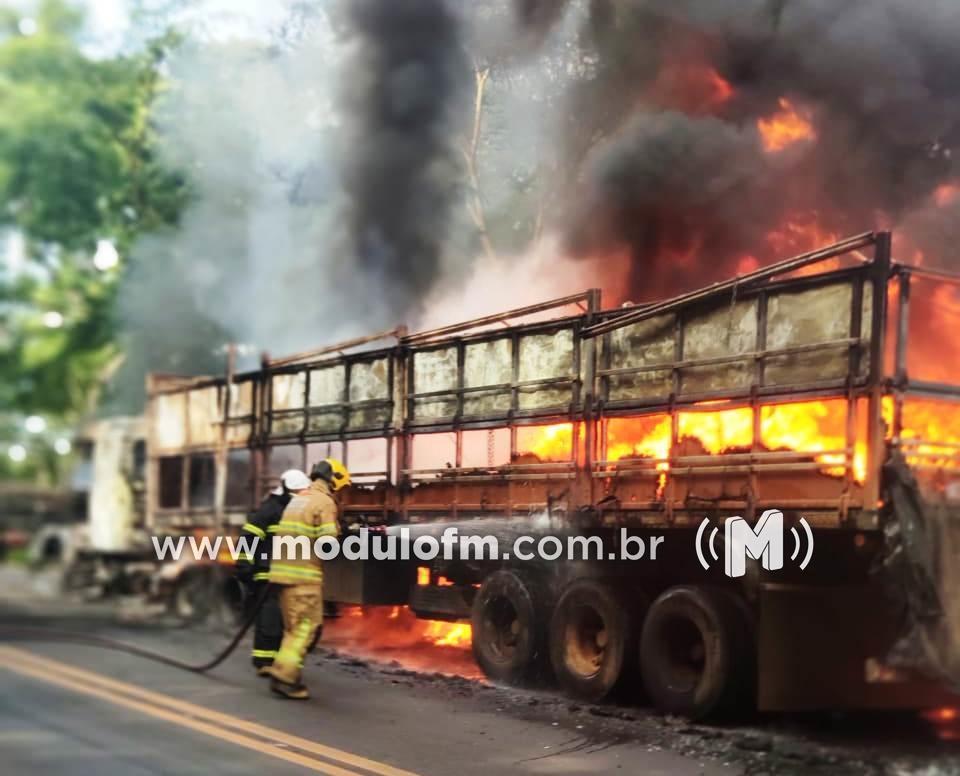 Veja o vídeo: Carreta carregada de tubos plásticos pega fogo na BR-365