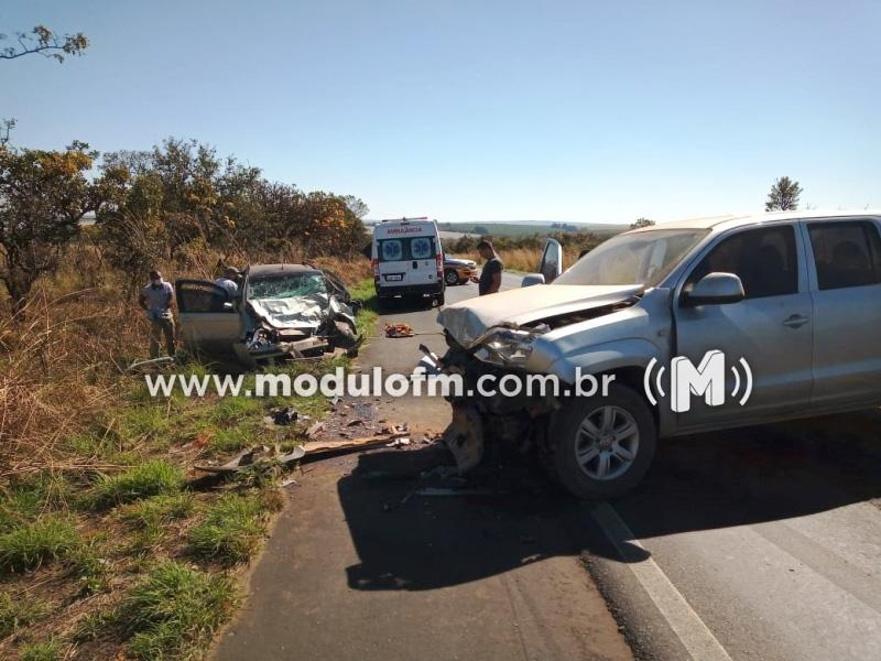 Acidente entre dois veículos na MG-187 deixa motorista preso às ferragens