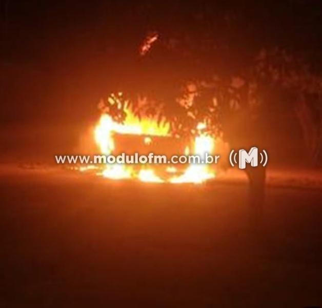 Homem coloca fogo em carro e acaba preso
