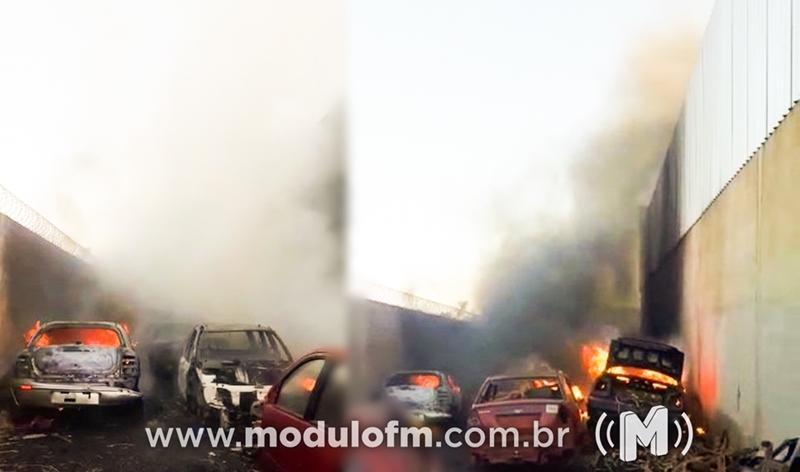 Incêndio destrói veículos em ferro velho