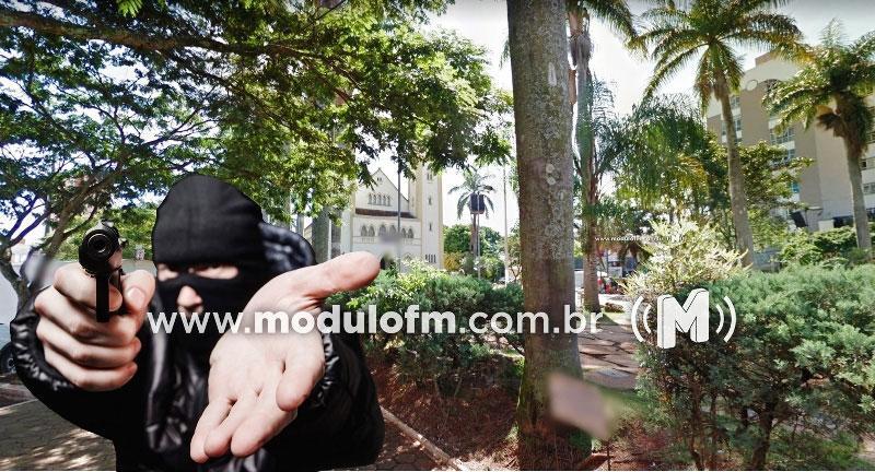 Mulher é rendida por assaltantes e tem celular roubado na Praça Santa Luzia