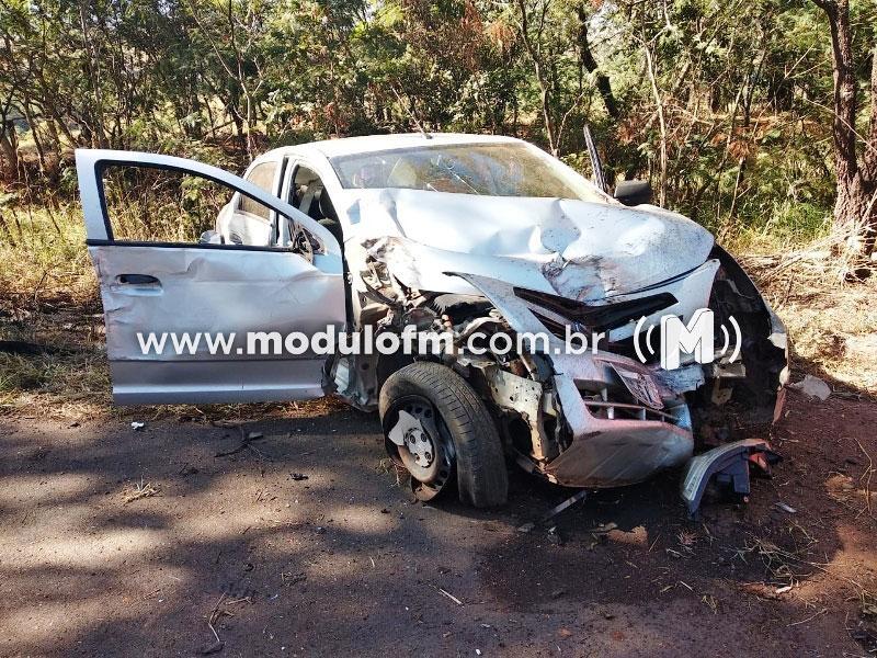 Veículo bate em árvore após motorista dormir ao volante
