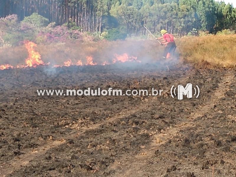 Bombeiros combatem incêndios em vegetação em Patrocínio e Serra do Salitre