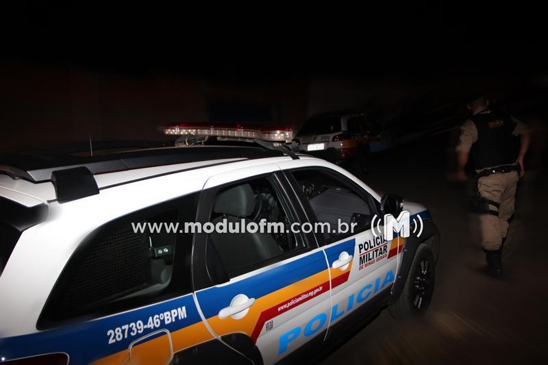 Homem arranca portão de motel e foge após desentendimento com companheira