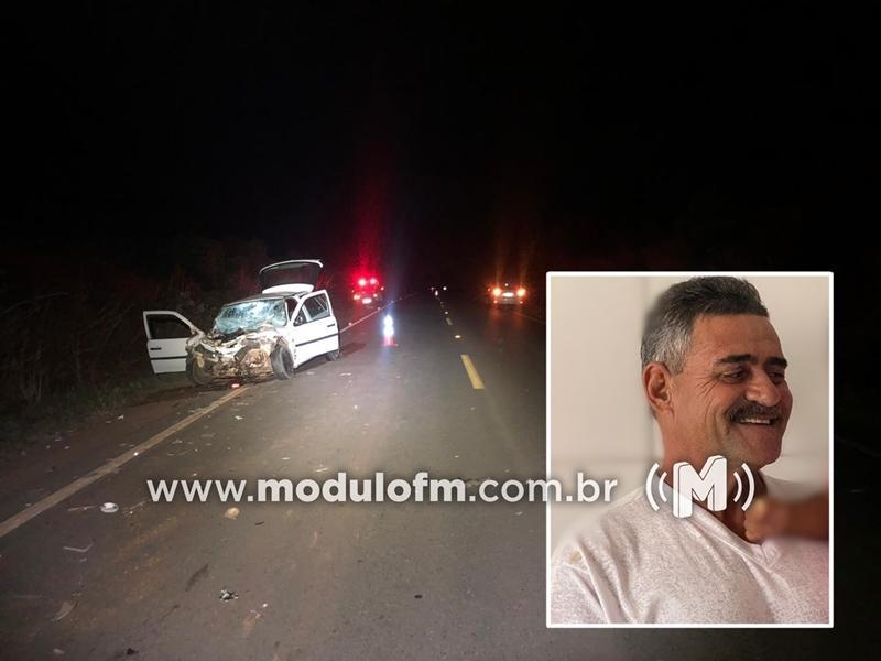 Homem morre e dois ficam feridos após colisão entre trator que puxava carreta e um veículo na MG-230