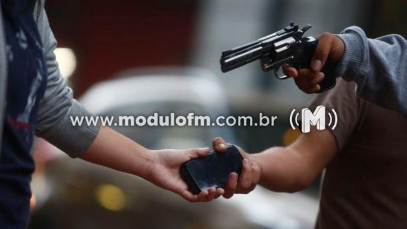 Jovem tem celular roubado próximo a prefeitura de Patrocínio