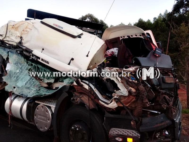 Mulher é arremessada após colisão entre caminhões na BR-365