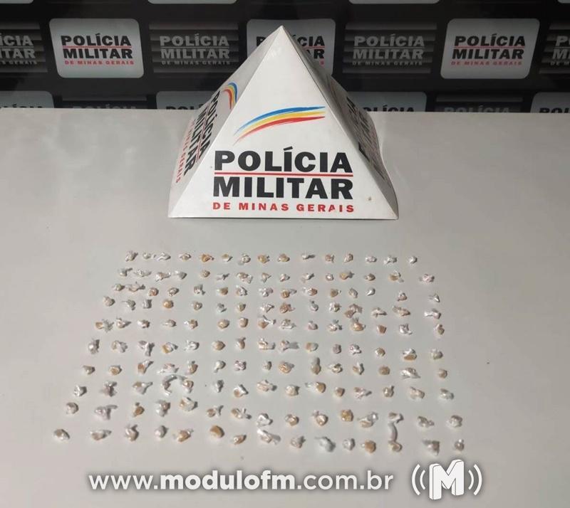 PM prende homem por tráfico de drogas após abordagem a veículo suspeito