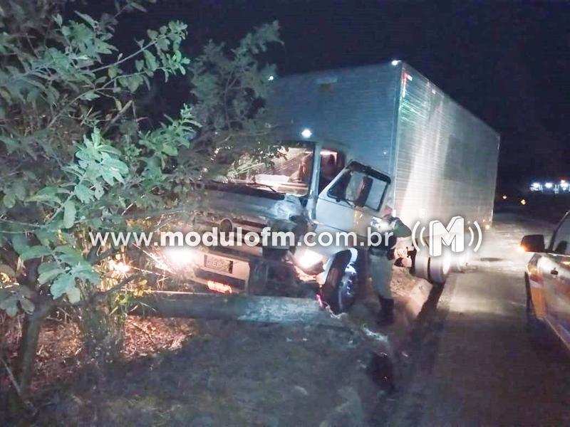 Volante de caminhão trava e motorista derruba poste de energia elétrica